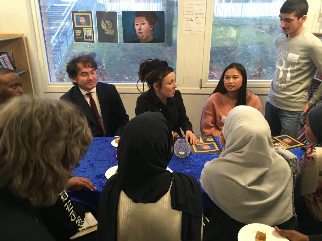 Olga Tokarzcuk och hennes sambo samtalar med elever på Rinkeby bibliotek.