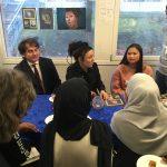 Olga Tokarczuk och hennes sambo samtalar med elever på Rinkeby bibliotek.