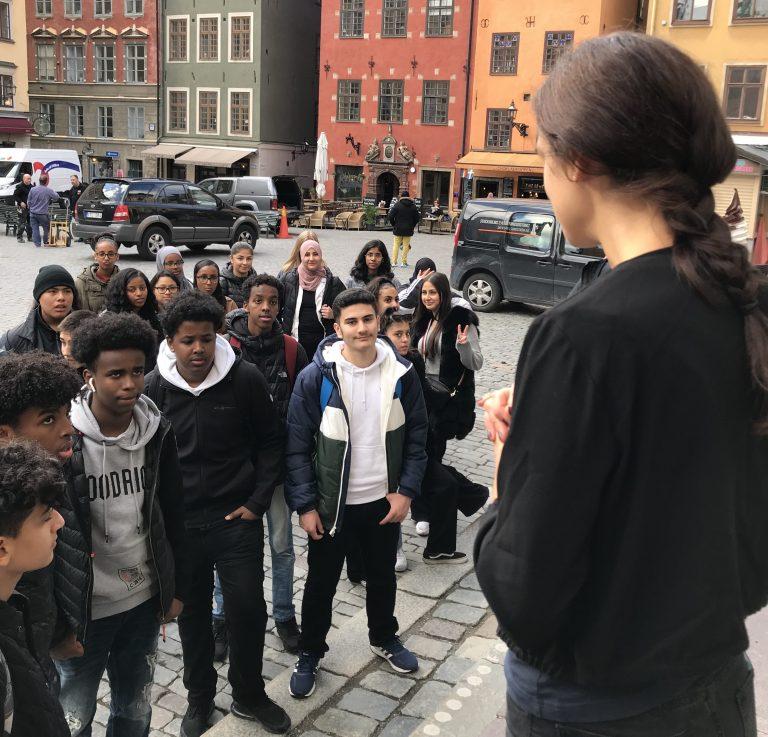 Klassen står utanför Nobelprismuseet.