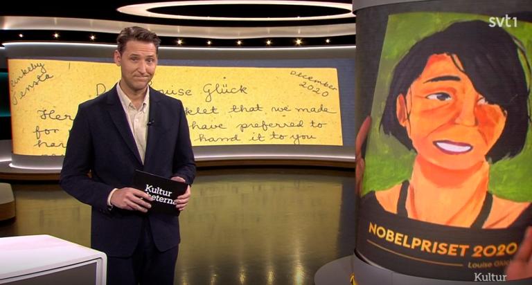 Bild av Kulturnyheternas studio, med Nobelhäftet och ett brev till Louise Glück i bakgrunden.