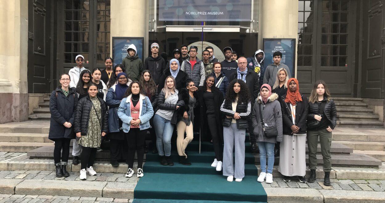 Hela klassen utanför Nobelprismuseet den 7 oktober 2021.